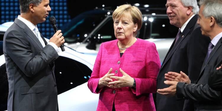 En campagne, Merkel durcit le ton face aux constructeurs auto
