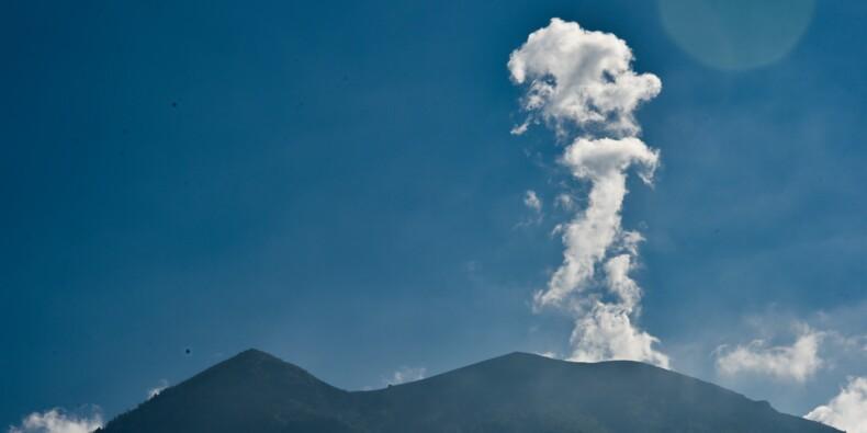 Volcan à Bali: la fumée s'épaissit, le nombre d'évacués augmente