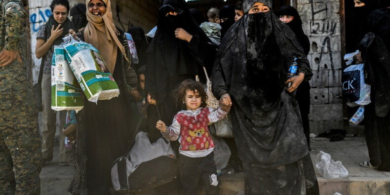 A Raqa, des dizaines de Syriens fuient l'EI et les bombardements