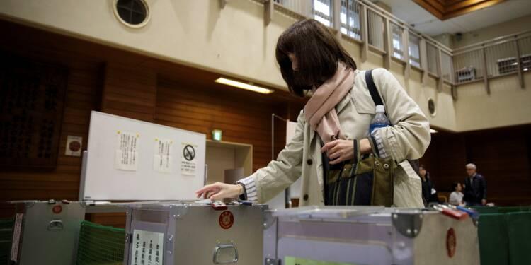 Les Japonais votent à l'approche d'un typhon, Abe donné largement gagnant