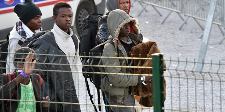 """Migrants à Calais: un rapport officiel épingle des abus """"plausibles"""" chez les forces de l'ordre"""