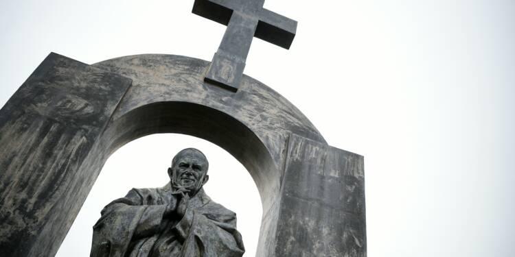 """Sur Twitter et à Varsovie, la croix """"censurée"""" de Ploërmel déchaîne les passions"""