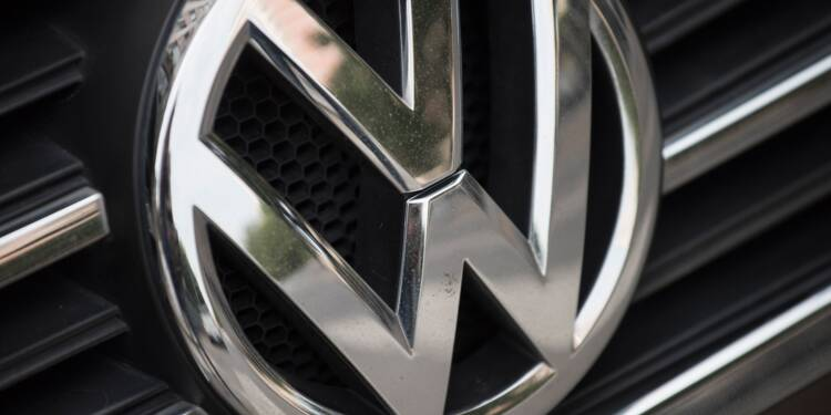Tests controversés : une tête tombe chez VW, colère de l'UE