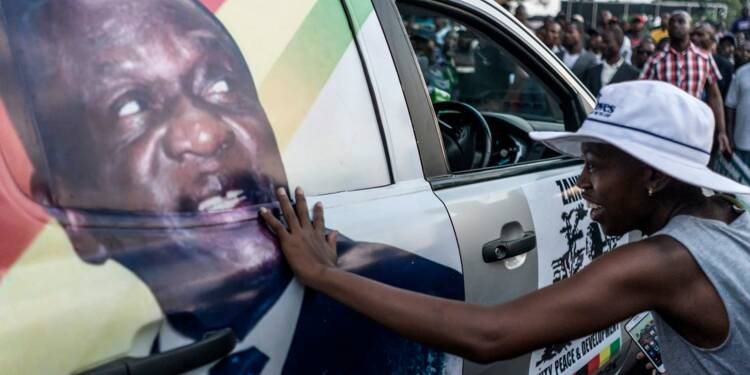 Le Zimbabwe met un point final à l'ère Mugabe, plein d'espoirs