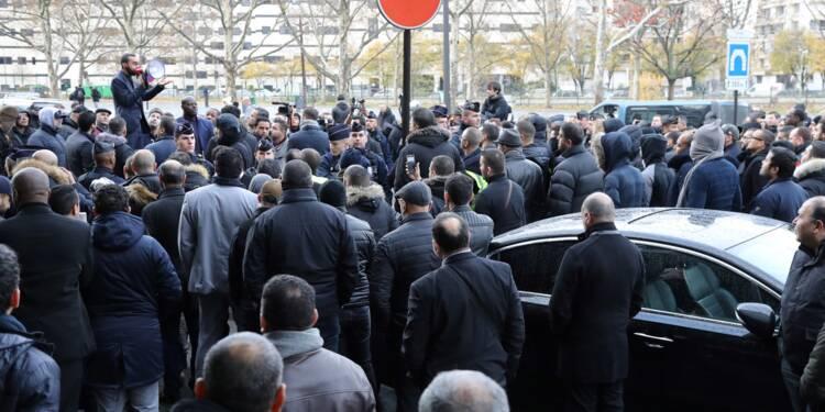 Des VTC ont manifesté à Paris pour réclamer l'application de la loi