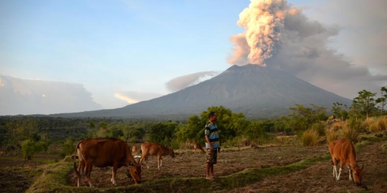 Menace volcanique à Bali: les centres d'urgence et les hôtels se remplissent