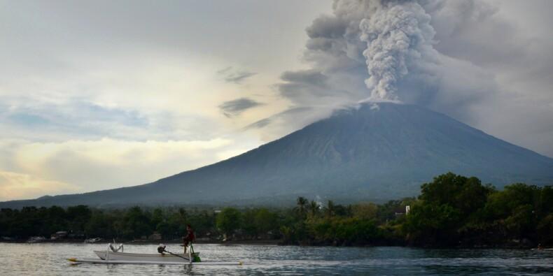 Le volcan de Bali crache ses cendres, l'aéroport reste fermé