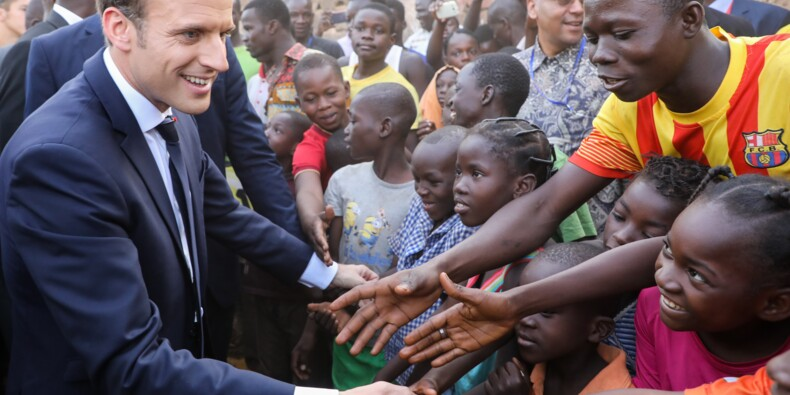 """Macron dit """"bye bye à la Françafrique"""" sur le papier selon la presse"""