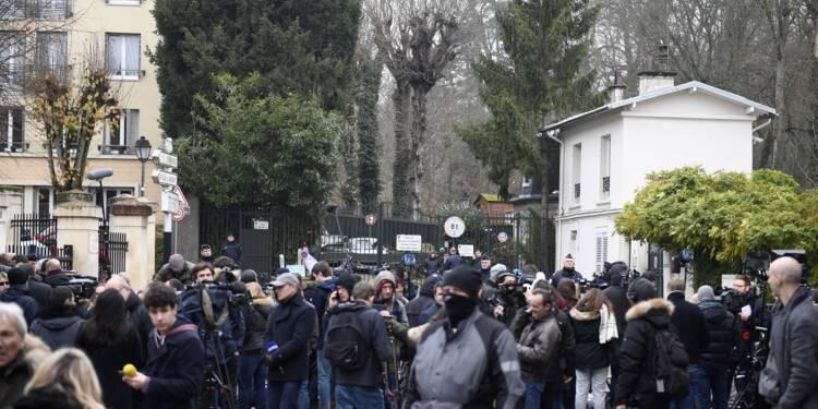 """""""Johnny, c'est notre vie"""": à Marnes-la-Coquette, des fans en deuil de leur idole"""