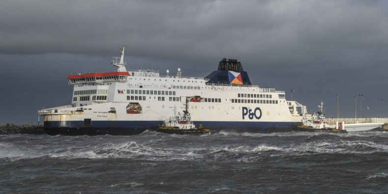 Calais: le ferry échoué arrimé au port, les passagers rembarqués pour Douvres