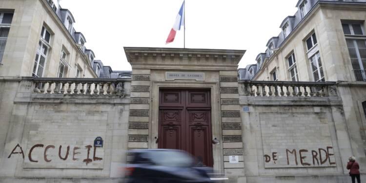 """Migrants: tags sur un ministère pour dénoncer l'""""accueil de merde"""""""