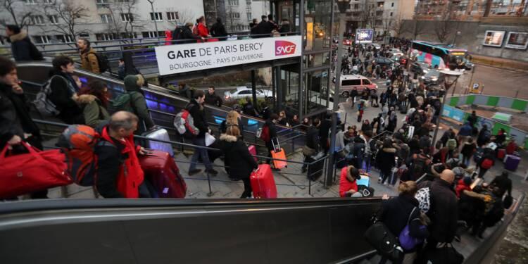 """Gare bondées, départs impossibles... La SNCF nie toute """"désorganisation"""" malgré la pagaille à Paris"""