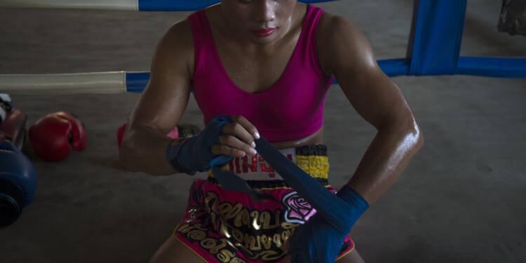 Nong Rose, boxeuse trans thaïe, rouge à lèvres et kicks d'acier
