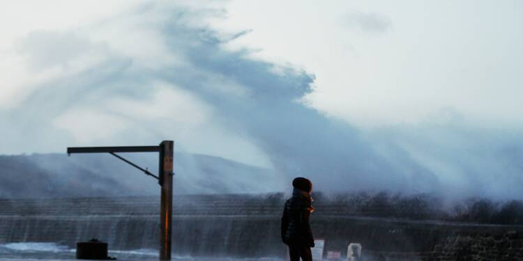 La tempête Eleanor poursuit sa route, 200.000 foyers privés d'électricité