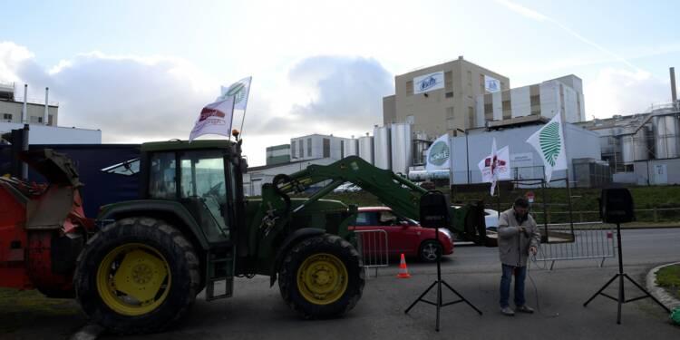 Lactalis: des producteurs laitiers rassemblés devant l'usine de Craon