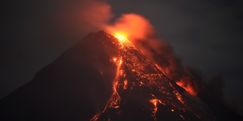 Des paysans philippins bravent la colère du volcan Mayon