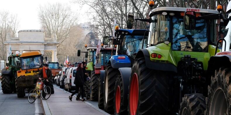 """""""On défend notre steak"""": des agriculteurs bloquent un convoi de l'Airbus A380"""