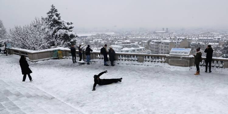 """Dans Paris sous la neige, des touristes en pleine """"féérie"""""""