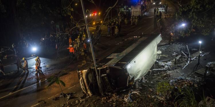 Un bus se renverse à Hong Kong: 19 morts, 60 blessés, le chauffeur arrêté