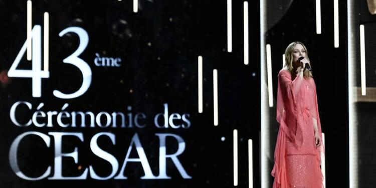 La 43e cérémonie des César s'ouvre avec un ruban blanc, en soutien aux femmes