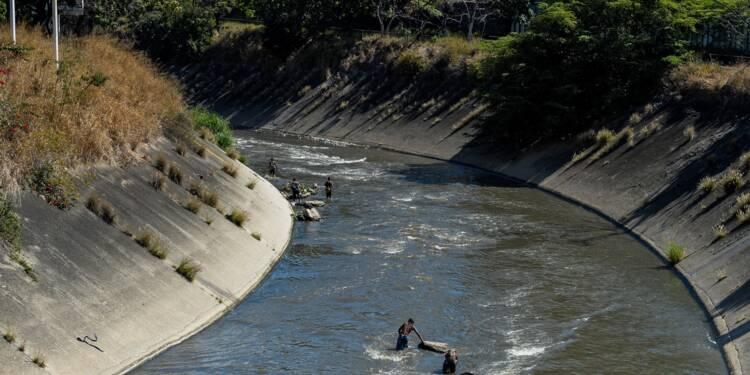 A Caracas, fouiller les eaux sales du fleuve en quête de trésors