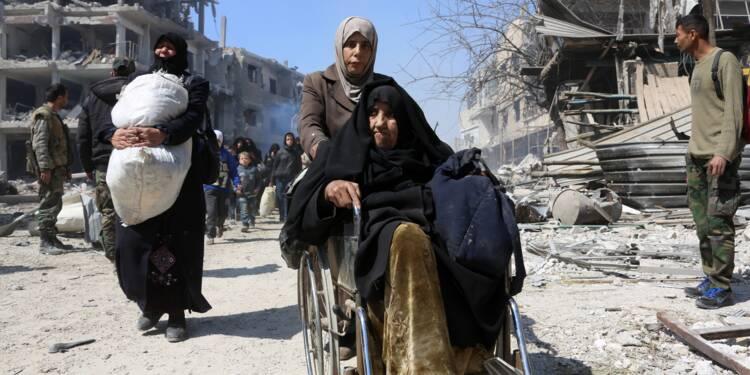En Syrie, exode massif de civils fuyant deux fronts meurtriers