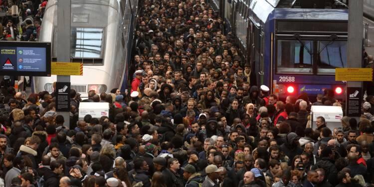 """La grève SNCF démarre fort, le gouvernement prévoit des """"jours difficiles"""""""