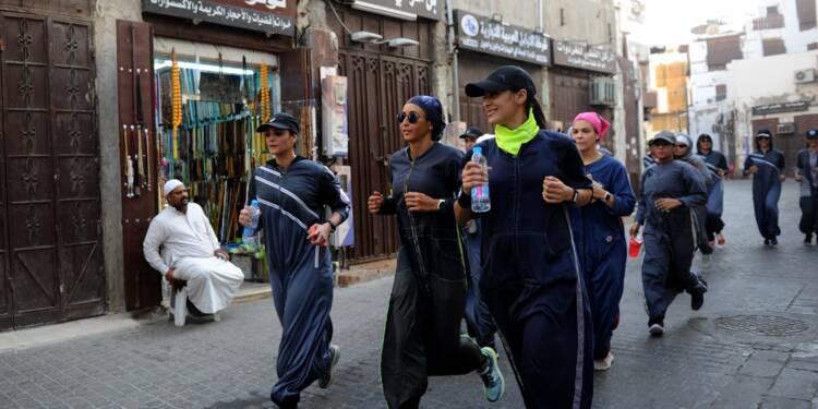 Hier rebelle, l'abaya sportive séduit de plus en plus de Saoudiennes