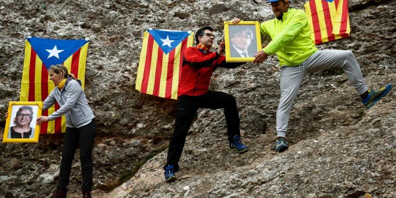 Catalogne : des portraits des indépendantistes écroués portés jusqu'en haut d'une montagne