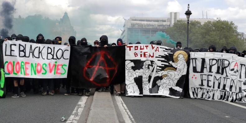 1er Mai: des centaines d'individus encagoulés bloquent la manifestation parisienne