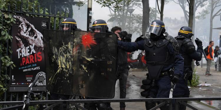 """1er mai: Collomb promet """"encore plus de forces de l'ordre"""" lors des prochaines manifestations"""