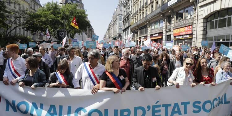 """Plusieurs dizaines de milliers de manifestants font """"la fête à Macron"""" dans une ambiance festive"""
