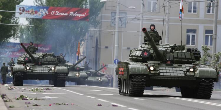 Ukraine: les rebelles défilent avec leurs armes lourdes pour commémorer 1945