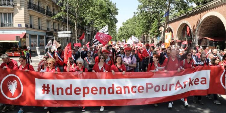 AParis, des salariés du Crédit Mutuel Arkéa manifestent pour leur indépendance