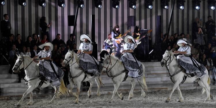 Les cavalières de Dior défilent à Chantilly