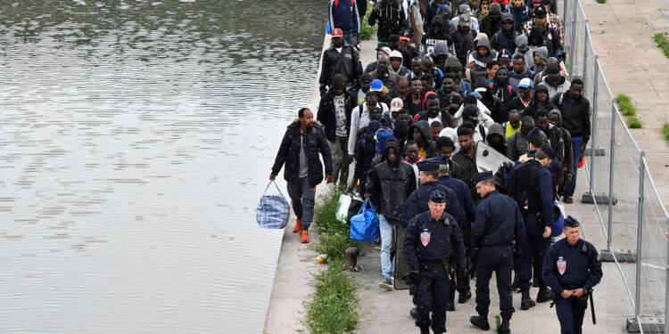 """Un millier de migrants évacués à Paris sur le campement insalubre du """"Millénaire"""""""