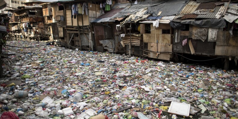 """A Manille, un cours d'eau """"poubelle"""" asphyxié par le plastique"""