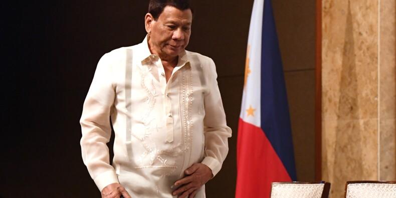 """Duterte après avoir embrassé une femme sur la bouche: """"Tout le monde a aimé"""""""