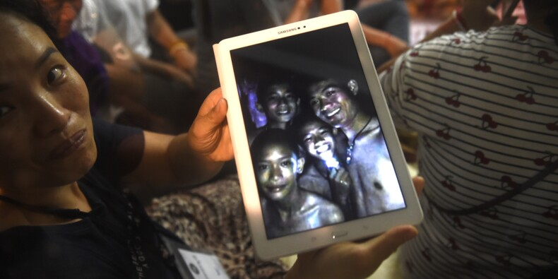 """En Thaïlande, les enfants piégés dans une grotte retrouvés """"sains et saufs"""""""
