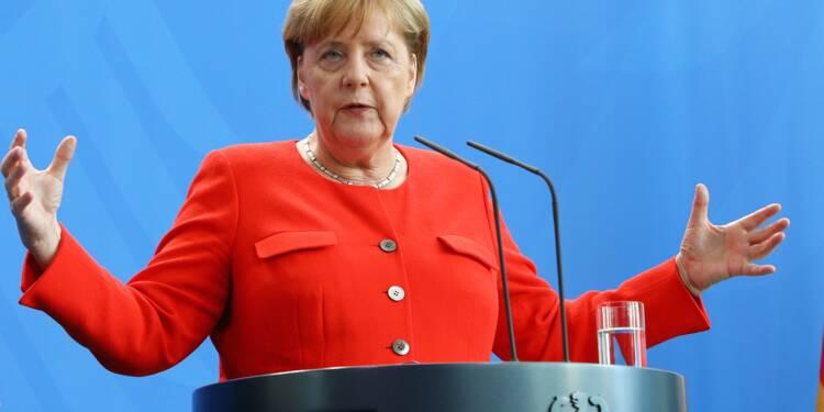 """Pour défendre ses voitures, Merkel """"prête"""" à une baisse générale des taxes"""