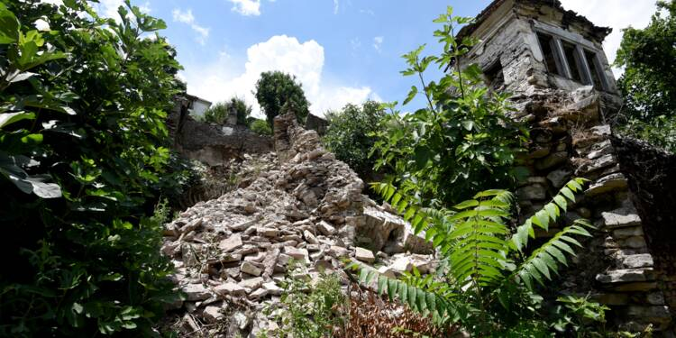 """En Albanie, la """"ville penchée"""" de Gjirokastra menace de s'effondrer"""