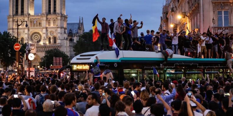 Mondial: 20 ans après 98, une foule en liesse retrouve les Champs-Elysées après la qualification en finale