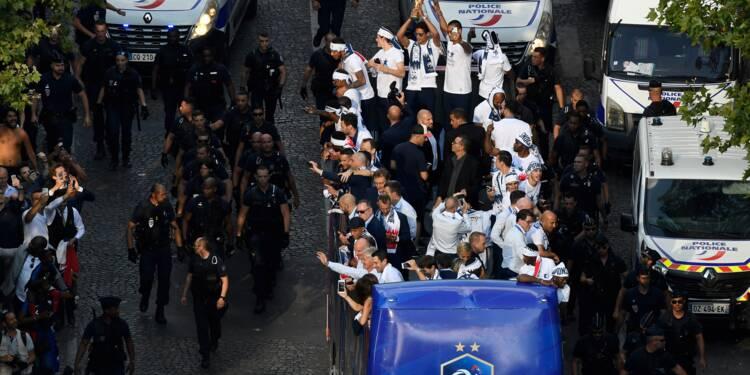 Les Bleus descendent les Champs-Elysées, acclamés par une foule immense
