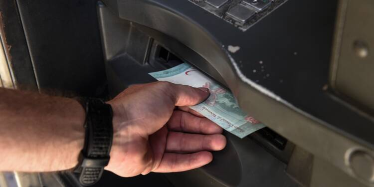 "Du ""super-dinar"" au ""bolivar fort"": quand les billets se transportent en brouette"