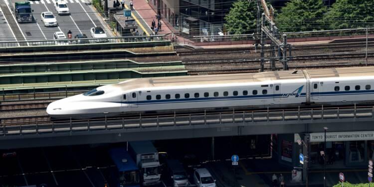 Japon: assis près des rails d'un train lancé à 300 km/h, un exercice contesté
