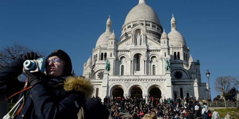 Face au tourisme de masse, Montmartre résiste tant bien que mal