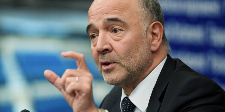 Un eurodéputé italien écrase avec sa chaussure les notes de Moscovici après le rejet du budget