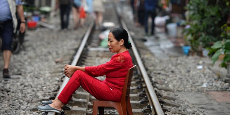 À Hanoï, le vieux chemin de fer construit par les Français enchante les touristes