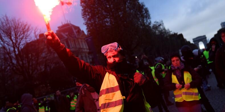 """Plusieurs milliers de """"gilets jaunes"""" sur les Champs-Elysées"""
