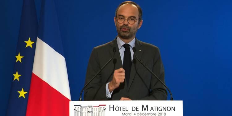 """""""Gilets jaunes"""": l'exécutif recule, Macron hué lors d'une visite surprise"""